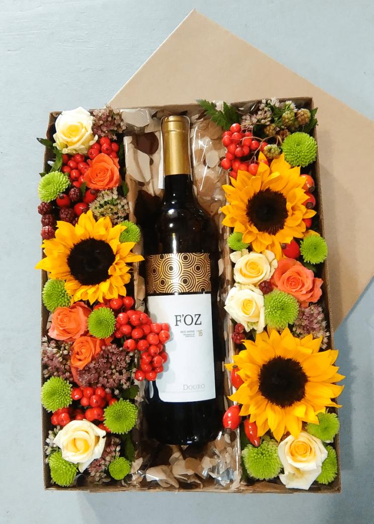 Pakowanie wina na prezent z kwiatami w pudełku